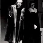 Galilei (Willem Koch) verdedigt zijn stellingen