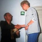 10 Jolanda neemt de prijs in ontvangst