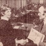 Hans overhandigt de burgemeester het eerste exemplaar