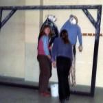 Judith en Annemarie aan het schilderen