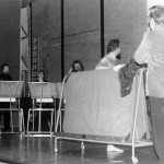 Scène uit het toneelstukje met collega handvaardigheid Willem Nagtzaam als naaktmodel.