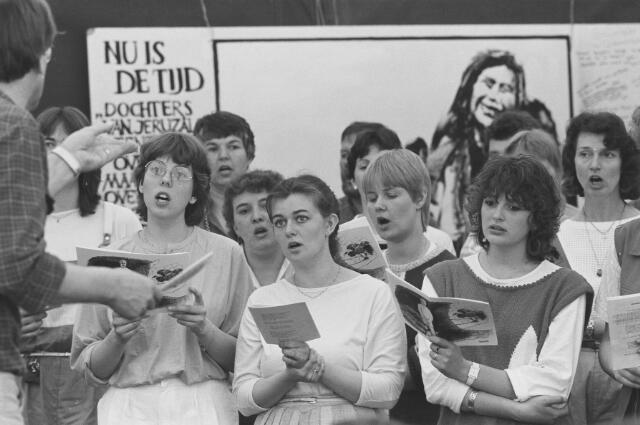 Het koor van de Kritische Gemeenten IJmond zong tijdens de paasviering van Pax Christi op het terrein van de volksabdij Onze Lieve Vrouw ter Duinen