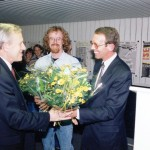 Bloemen voor rector van den Dungen en ondergetekende