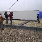 Opnamen bij een van de bouwsels op het dak