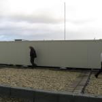 Sjaak en John nemen poolshoogte bij een der bouwsels