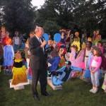 Burgemeester van Agt vóór een front van poppen