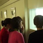 Door de raampjes kun je kijken naar de balletrepetities in de studio