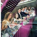 Trotse leerlingen met de eertse exemplaren van de krant