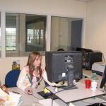 Sanne uit H4 aan het werk op de redactie van BN/DeStem