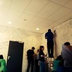 Het aanbrengen van de omtreklijnen op de muur
