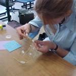 Romy werkt aan haar sieraden