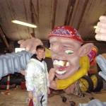 Aaron aan het werk aan de carnavalswagen