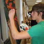 Geconcentreerd aan het schilderen