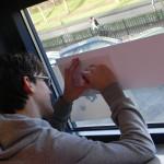 3. Op raam of lichtbak wordt de gestileerde tekening overgenomen voor het sjabloon