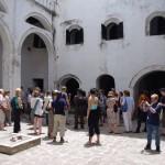 Op de binnenplaats van Elmina Castle