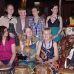 Marjolein (rechts) roert de tamtam