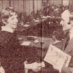 Hans overhandigt het eerste exemplaar aan burgemeester Houben