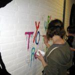 Romy kleurt het tekstje in
