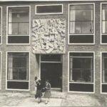 De hoofdingang rond 1958