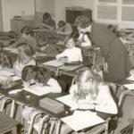 1971: Collega zuster Florina geeft tekenles in het brugklaslokaal waar ik twee jaar later ook zou gaan werken