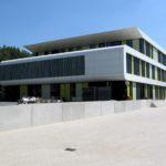Het nieuwe gebouw in de zomerzon