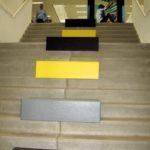 Ook de trap naar de lokalen is voorzien van zitjes