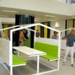 Speelse banken en tafels op de centrale hal op beide verdiepingen