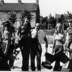 Collega Piet v.d. Walle arriveert met enige dames op de nieuwbouw