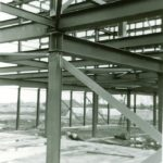 Het staalskelet voor een van de leshuizen