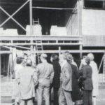 De docenten komen de bouw bezichtigen