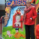 De burgemeester poseert bij haar zusje die de kaartjes verkoopt