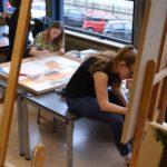 Aan het werk in het tekenlokaal