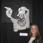 Een terecht trots poserende Sophie bij haar werk: Veronica droogt het gezicht van Jezus af