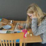 Britt stippelt zich suf aan de keukentafel
