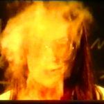 Docent scheikunde WilLippits tijdens een proef in de rook