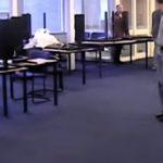 In de docentenkamer worden na de verbouwing de meubels weg gezet