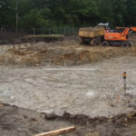 Graafwerkzaamheden bij het begin van de bouw