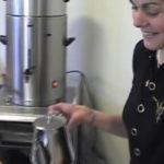 Marlien schenkt koffie in de docentenkamer in aanbouw