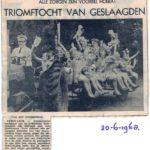 Alle geslaagden op een boerenkar door het dorp. 1968