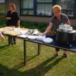 Het buffet wordt klaargezet in de tuin van de KSE