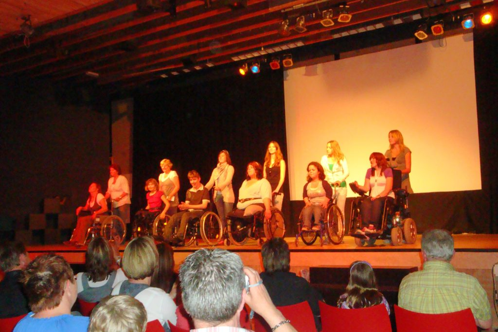 Een trotse dansgroep neemt het applaus in ontvangst