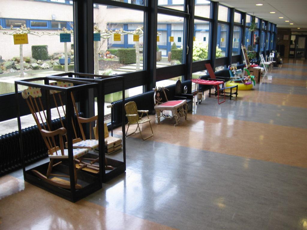 Overzicht van de tentoongestelde stoelen
