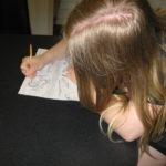 Britt aan het tekenen