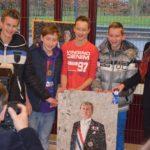 De makers van het winnende werk met de burgemeester op de foto