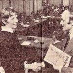 1978-Hans-overhandigt-de-burgemeester-het-eerste-exemplaar