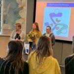 De burgemeester met winnaars Isa Wouters en Mirre van de Ven