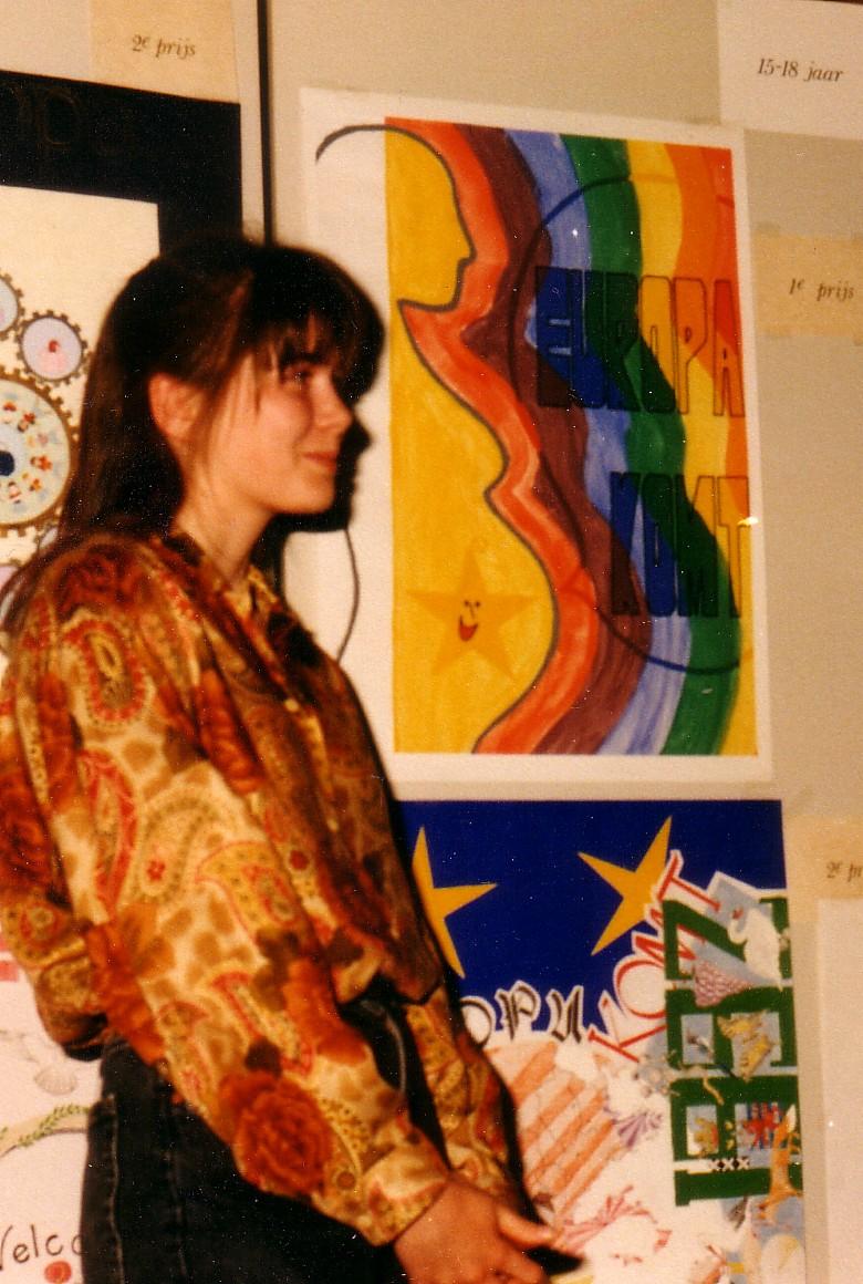 Anky bij haar werk, bovenaan, daaronder de tekening van Marian