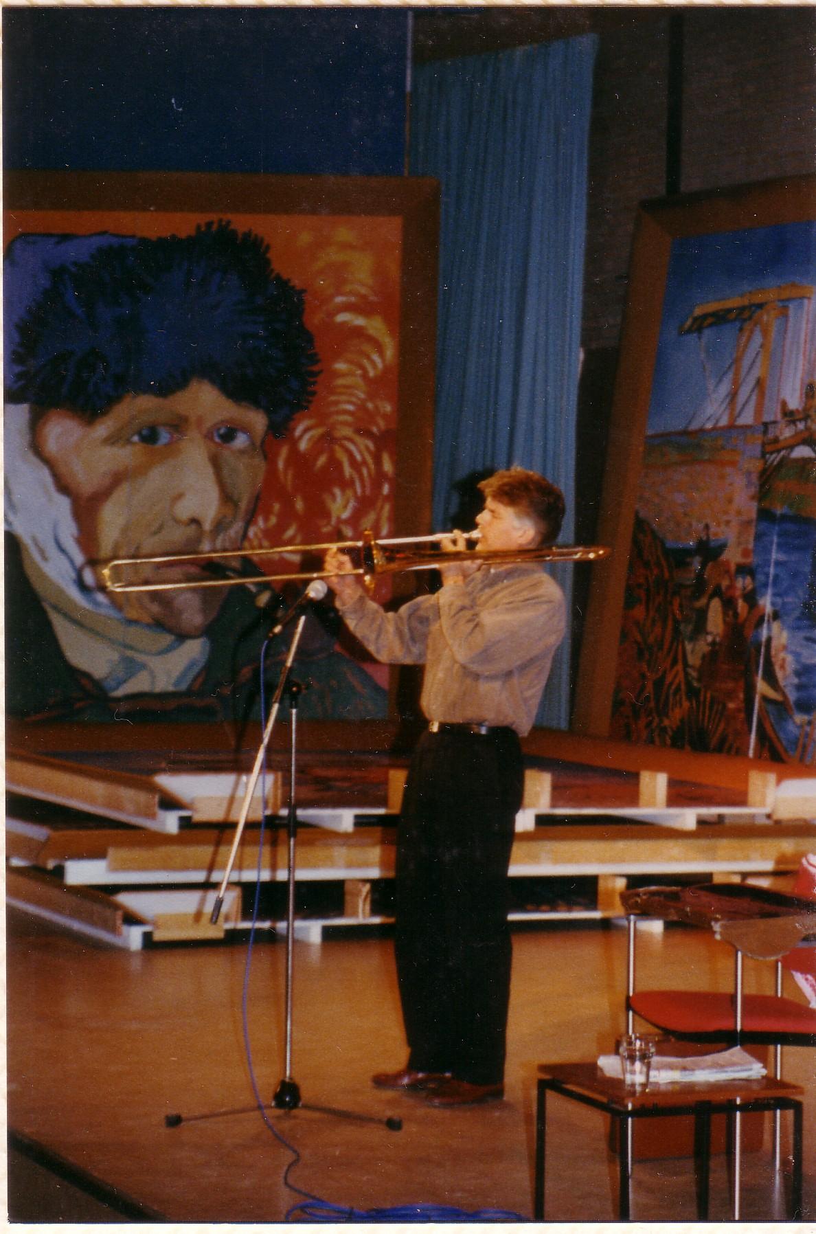 Kees van Kooten op trombone tussen Van Gogh
