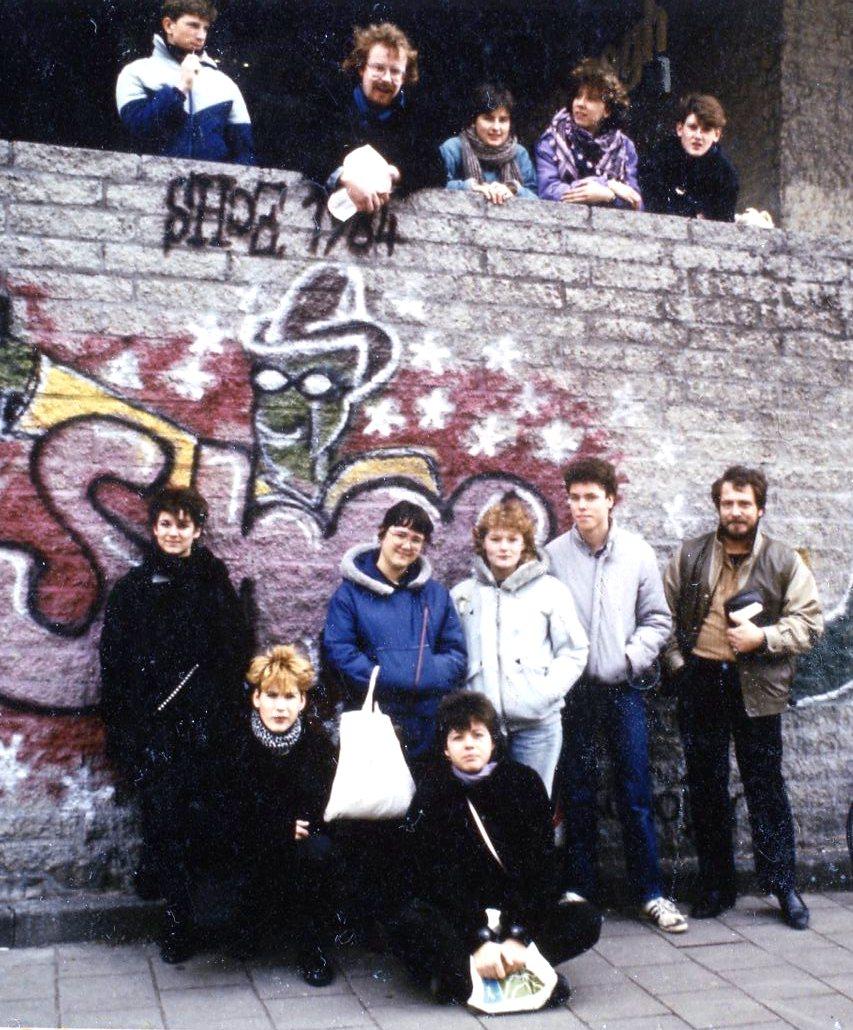 Eerste-examengroep op excursie voor het Van Gogh in A'dam. linksvoor Ingrid
