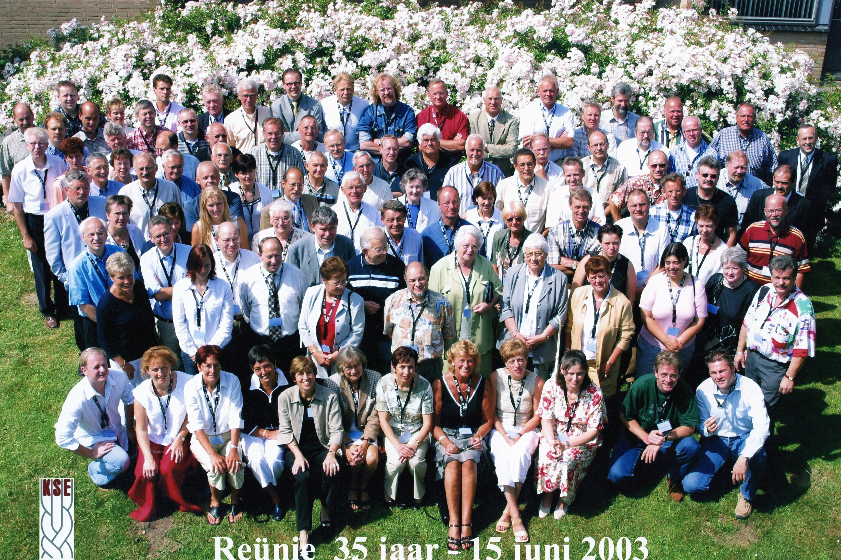 Reunie 2003: (oud) docenten en (oud) medewerkers samen op de foto